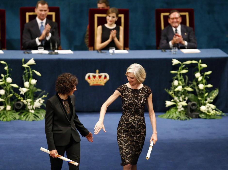 Emmanuelle Charpentier (links) und Jennifer Doudna erhalten eine Auszeichnung nach der anderen wie hier bei der Asturias-Preisverleihung 2015 in Spanien.