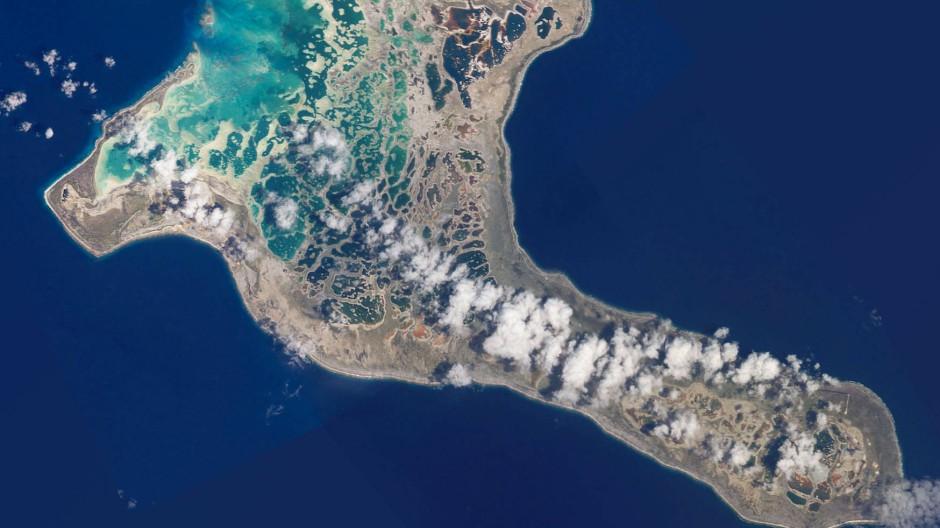 Kleine Inselstaaten wie Kiribati (Aufnahme aus dem Jahr 2002) sind durch einen steigenden Meeresspiegel vom Klimawandel unmittelbar betroffen.