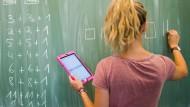 Digitalisiertes Lernen: Frankfurter Schulen sollen mit kabellosem Internet ausgestattet werden. Die Lehrergewerkschaft hat Bedenken (Symbolbild).