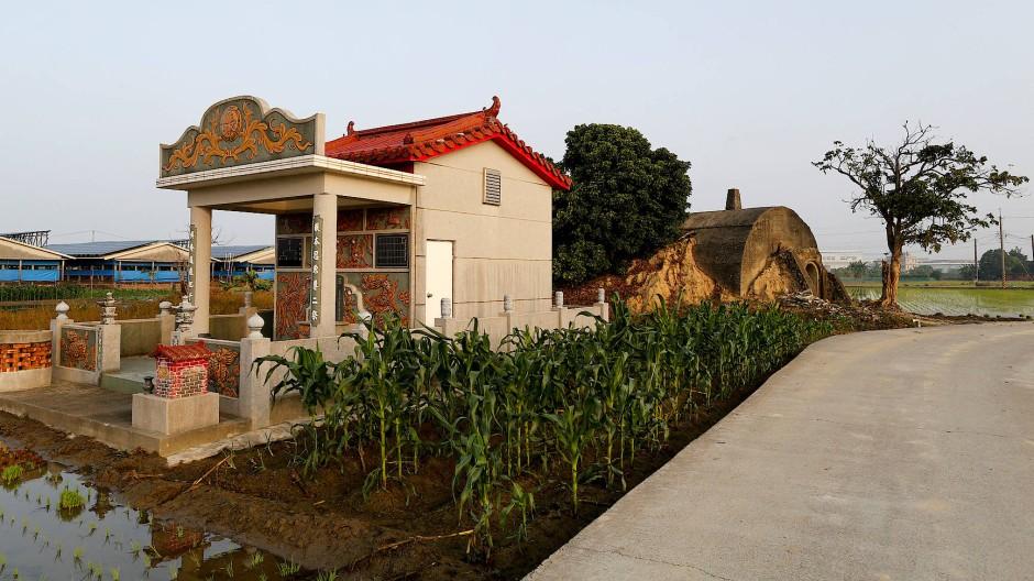 Hinter einem bunten Familiengrab in Kaohsiung versteckt sich ein ehemaliger Luftschutzbunker.