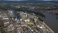Energiegeladen: Am Industriehafen auf der Ingelheimer Aue soll neben dem bestehenden Kraftwerk (Bildmitte) ein neues Blockheizkraftwerk errichtet werden.