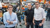 In der Werkstatt: Markus Riese (Mitte) und Heiko Müller sowie Müllers Frau, Sandra Wolf