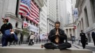 Spiritualisierung der Wall Street: ein New Yorker Börsenhändler während seiner täglichen Meditationspause