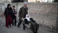 Eine Familie vor PKK-Barrikaden im türkischen Nusaybin