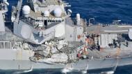 Amerikanischer Zerstörer stößt mit Frachter zusammen