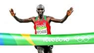 Eliud Kipchoge gewinnt bei den Olympischen Spielen in Rio die Goldmedaille.