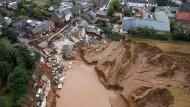 Ein Bild, das um die Welt ging: Wassermassen bahnen sich am 16. Juli ihren Weg durch den Erftstädter Stadtteil Blessem.