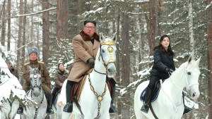 Kim Jong-un reitet durch den Schnee