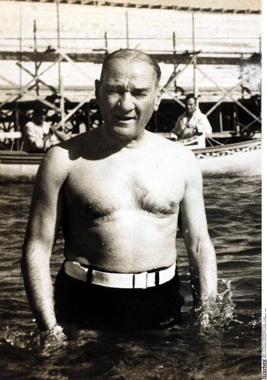 Kemal Atatuerk beim Baden im Floria Resort am Bosporus im Jahr 1930.