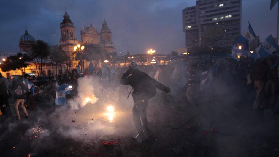 Vor dem Nationalpalast in Guatemala-Stadt feierten Demonstranten die Aufhebung der Immunität des Präsidenten.