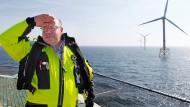 Peter Altmaier (CDU), damaliger Bundesumweltminister, posiert im Jahr 2012 am Windpark Alpha Ventus in der Nordsee vor Borkum.