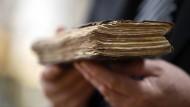 Die Einträge im historischen Sterbebuch sanken, als Oberammergau Passionsspiele veranstaltet, erklärt Pfarrer Thomas Gröner.