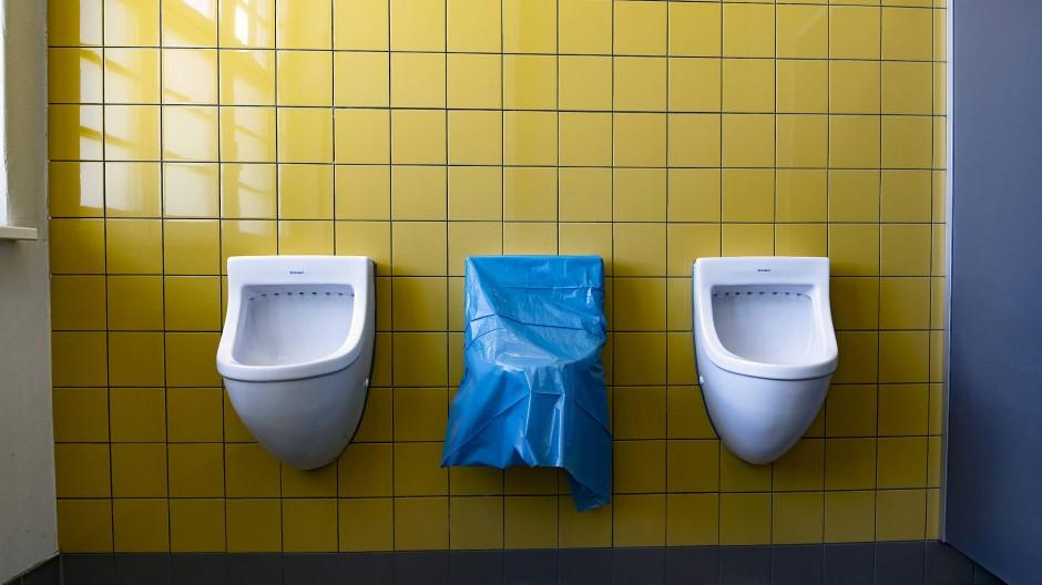 Kontrolle an jedem Ort: Vorbereitungen auf der Jungs-Toilette