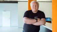Chris Boos hat vor zwanzig Jahren sein Informatikstudium abgebrochen, um seine Computerfirma Arago zu gründen. Seitdem beschäftigt er sich mit der Künstlichen Intelligenz (KI).