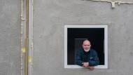 Der Bonner Ingenieur Peter Görgen in einem so genannten Beton-Shelter, einer Behelfsunterkunft für Flüchtlinge, die er entworfen hat