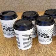 Vorbild Föhr: Wiederverwendbare Kaffeebecher stehen auf einem Tisch.