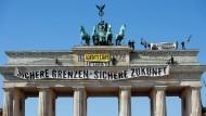Aktivisten der Identitären Bewegung klettern am 27. August 2016 auf das Brandenburger Tor in Berlin