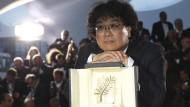 Regisseur Bong Joon-ho hat mit seinem gesellschaftskritischen Thriller die erste Goldene Palme für Südkorea geholt.