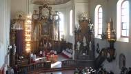 Tag der Freude: Die Hochheimer nehmen die Kirche St. Peter und Paul mit ihren wertvollen Fresken wieder in Besitz.