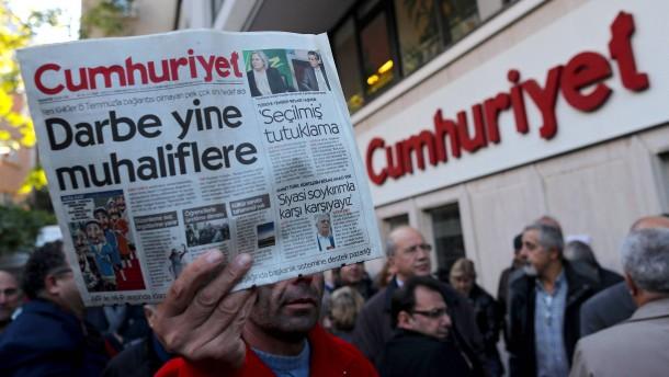 """Prozess gegen """"Cumhuriyet""""-Mitarbeiter beginnt"""