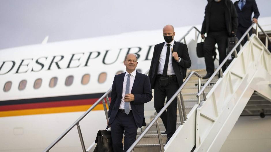 Staatstragend: Scholz kommt in Washington an