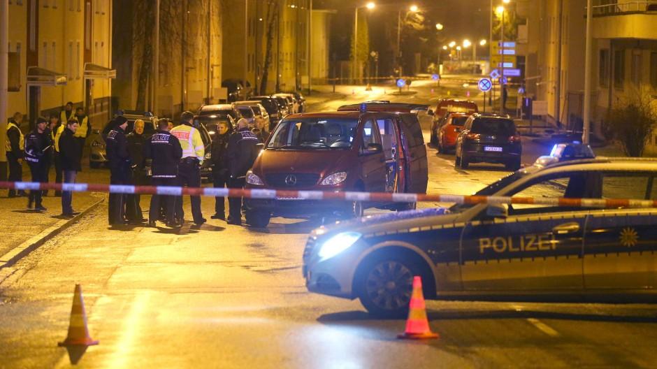 Polizisten am Freitagmorgen vor der Flüchtlingsunterkunft in Villingen-Schwenningen