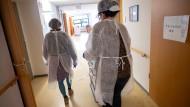 Tübingen: Zwei Altenpflegerinnen im Seniorenheim
