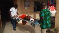 Anschlag in Nigeria: Ein Verletzter wird ins Krankenhaus von Maiduguri getragen.