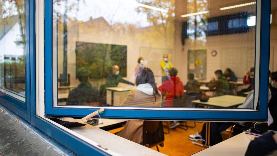 Offene Fenster und Masken: So wird derzeit an den meisten Schulen wie hier in Gütersloh unterrichtet. Eine Lehrerin aus Frankfurt kritisiert das als unzureichend.