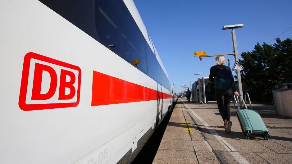 Ein ICE steht im Bahnhof Hamburg-Altona.