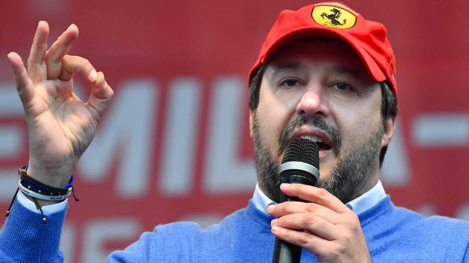 Salvini am Samstag in Maranello, natürlich stilecht mit Ferrari-Mütze