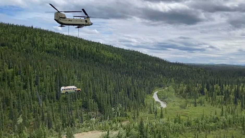Militär entfernt Bus per Helikopterflug