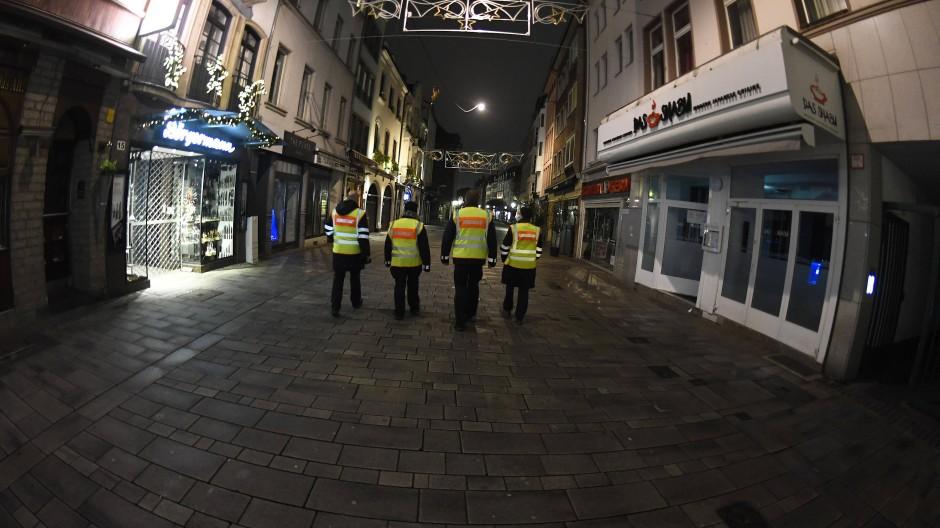 Mitarbeiter des Ordnungsamtes patrouillieren durch die nahezu menschenleere Altstadt von Düsseldorf.