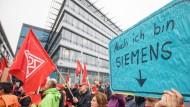 Plakativer Protest: 2017 forderten Siemens-Beschäftigte in Offenbach den Erhalt ihrer Stellen - nach Verhandlungen mit dem Management bleibt die Mehrzahl erhalten