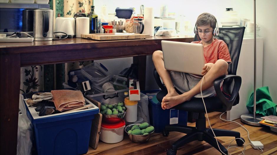 Mehr zu Hause als die kleineren Kinder: Teenager im Homeschooling.