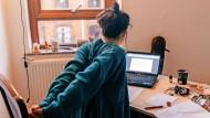 Häufig im Heimbüro: Kleiner Bildschirm, krumme Haltung. Doch was können wir dagegen tun?
