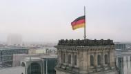 Deutschland-Flagge am Reichstag auf Halbmast
