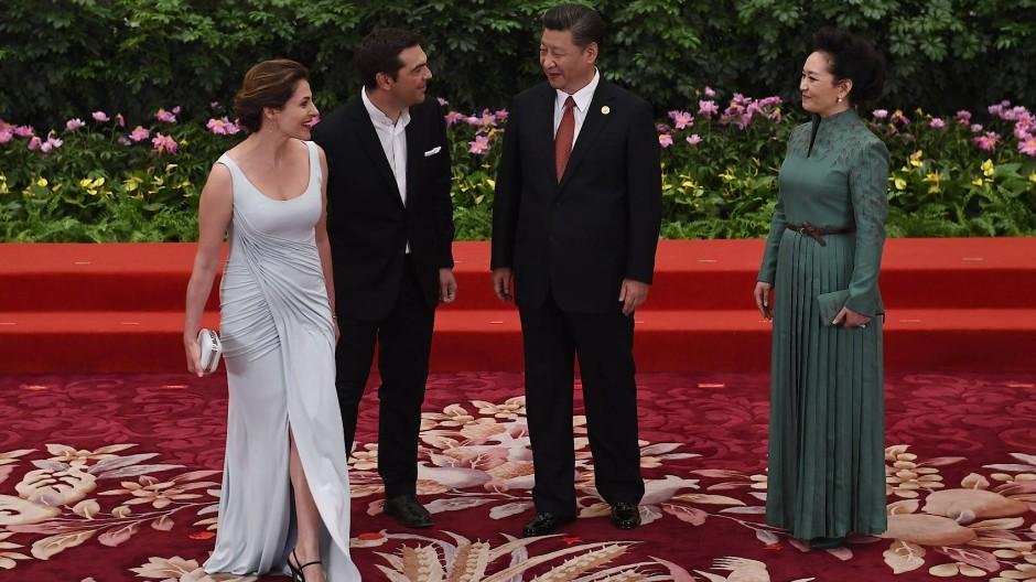 Tsipras und seine Frau Betty Batziana (ganz links) treffen Chinas Präsident Xi Jinping und dessen Frau. Batziana arbeitet im Wirtschaftsministerium.