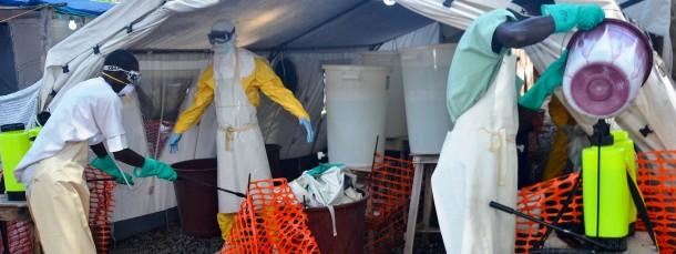 """Alles wird abgesprüht: Mitarbeiter der """"Ärzte ohne Grenzen"""" desinfizieren sich am Donka-Krankenhaus im Conakry, der Hauptstadt von Guinea"""