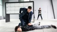 """Im """"Tatort: Kriegssplitter"""" sucht Reto Flückiger (Stefan Gubser), hier bei der Verhaftung eines Verdächtigen, nach einem tschetschenischen Kriegsverbrecher."""