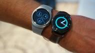 Gleiche Leistung, zwei Versionen – Samsungs neue Smartwatch kommt sportlich oder elegant daher: Die Gear S 2 (links) und die Gear S 2 Classic.