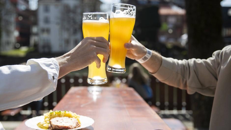 In Tübingen stoßen Besucher eines wieder geöffneten Biergartens an.