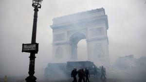 Schwere Schäden an Pariser Triumphbogen