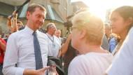 Michael Kretschmer (CDU) mit Anhängern am Rande einer Wahlkampfveranstaltung am Freitag in Leipzig