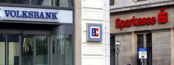 In Brüssel verhandeln sie gemeinsam, in Deutschland stehen sie im Wettbewerb: Eine Sparkasse und eine Volksbank-Filiale in Leipzig