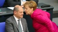 Kanzlerin Angela Merkel und Finanzminister Olaf Scholz im Bundestag