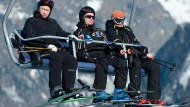 Männer im Sessellift: Dunkel und kalt