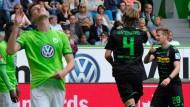 Wolfsburgs Spieler Knoche ärgert sich über das Tor von Vestergaard.