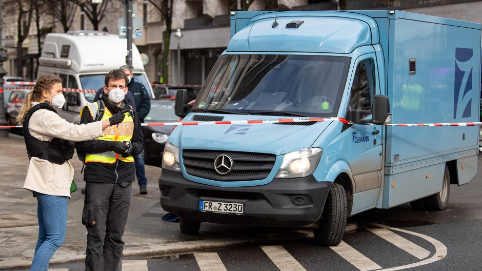Polizeibeamte sichern im Februar nach dem Überfall am Berliner Kurfürstendamm vor einer Bank an einem Geldtransporter Spuren.