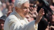 Der damalige Papst Benedikt XVI. nach der Generalaudienz auf dem Petersplatz
